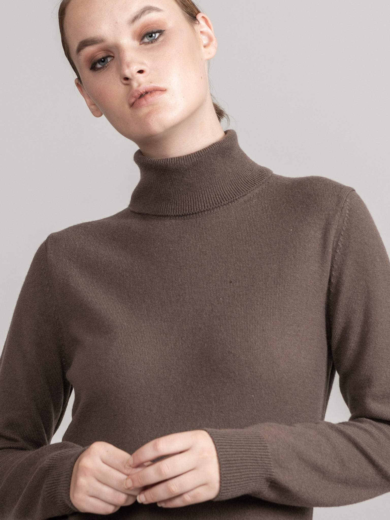 ROYAL Collection. Loro Piana Cashmere 100% Back Logo Detail Turtle Neck Pullover